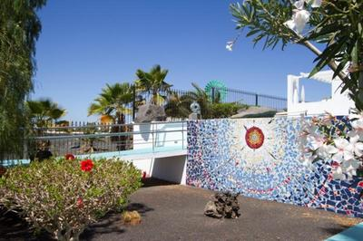 Accessible beach bungalows with a pool hoist in Lanzarote