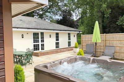 Accessible disabled access luxury bungalow with hot tub and pool in Norfolk, UK