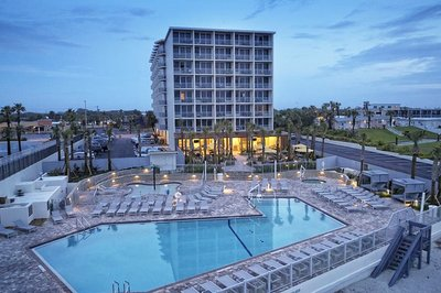 Accessible hotel with pool hoist in Daytona Beach, Florida