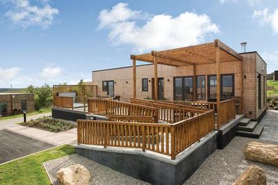 Accessible lodge with pool hoist in Cornwall